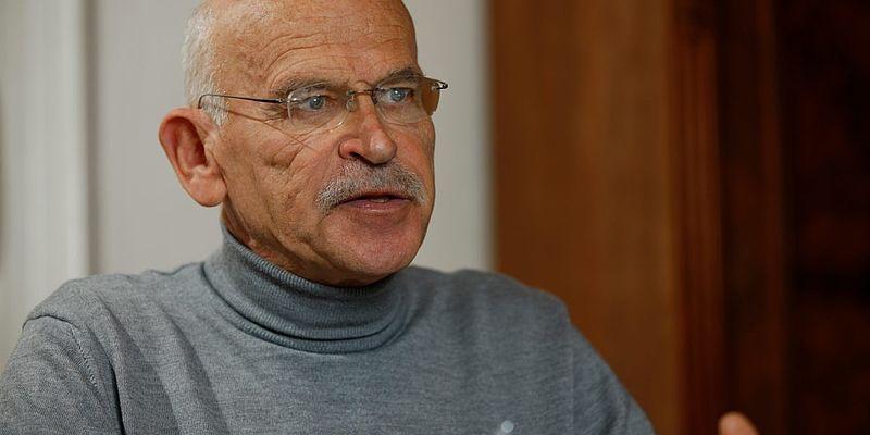 Günter Wallraff spricht eindringlich vor Schülern der Klassen 10 bis 12 am CWG